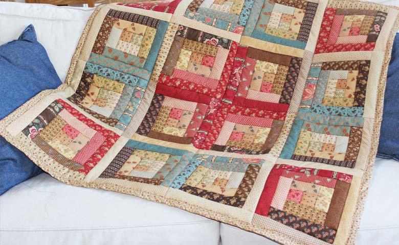 Una coperta realizzata con sistema di patchwork long cabin
